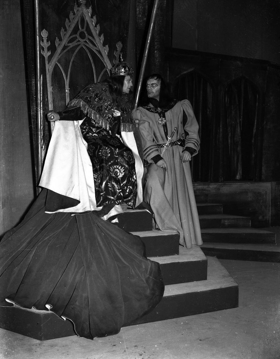 Marius Goring as Richard III and Harry Andrews as Buckingham in Shakespeare's 'Richard III' 1953