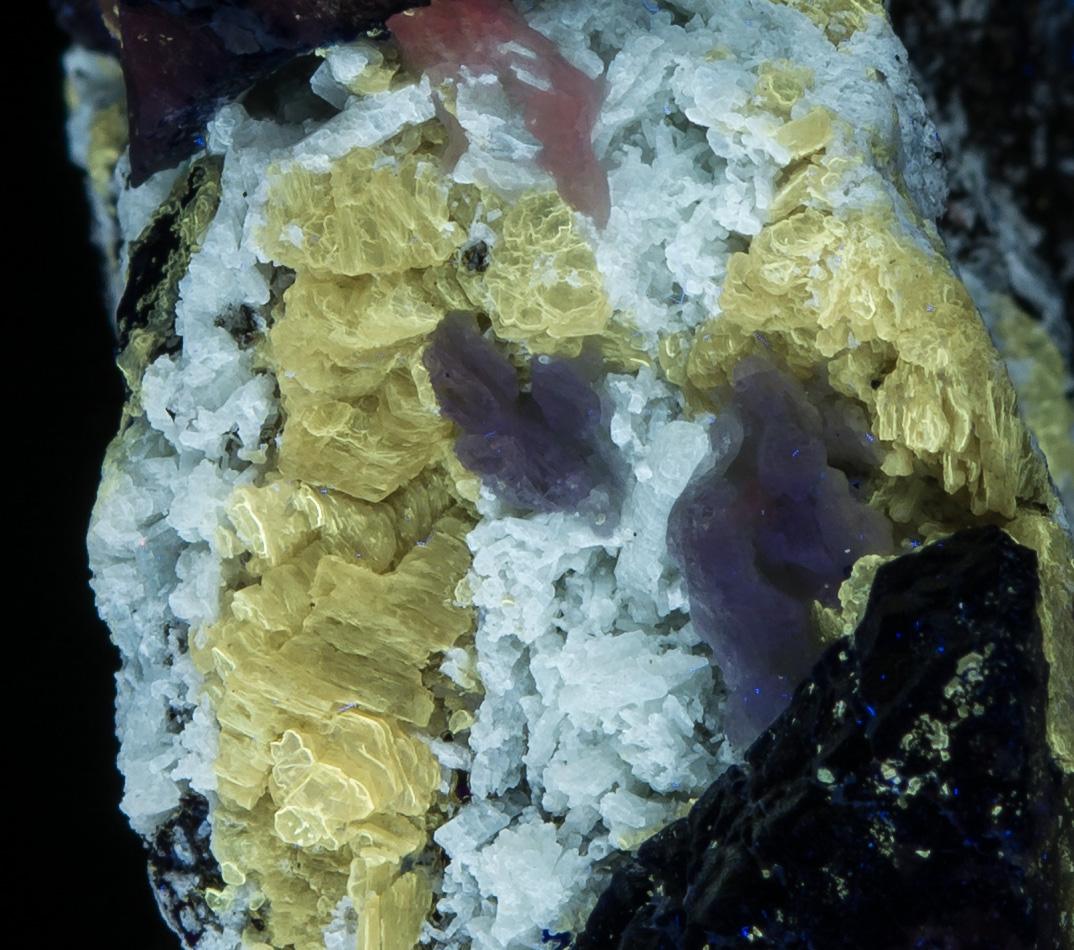Blue fluorescing mineral - Shortwave
