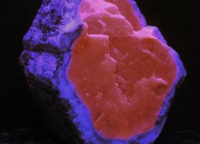 A dramatic example of zoned fluorescence in apatite - David Mosiah claim, Cerro Huañaquino, Potosí D