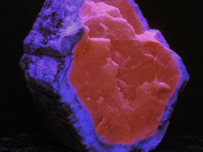 A dramatic example of zoned fluorescence in apatite - David Mosiah claim, Cerro Huañaquino, Potosí D