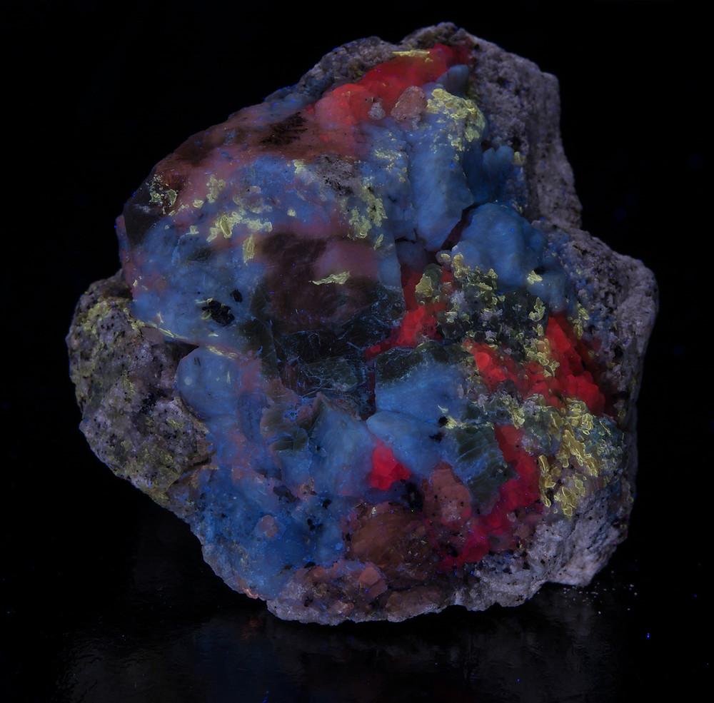 Hauyne, Phlogopite, Calcite, Gonnardite