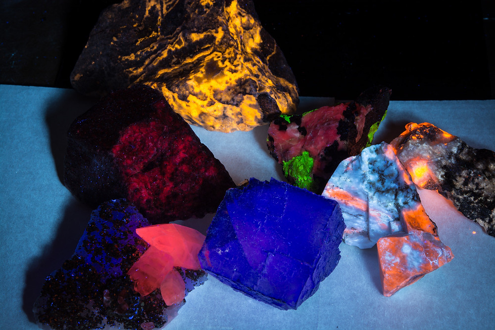 Fluorescent minerals lit by Convoy S2