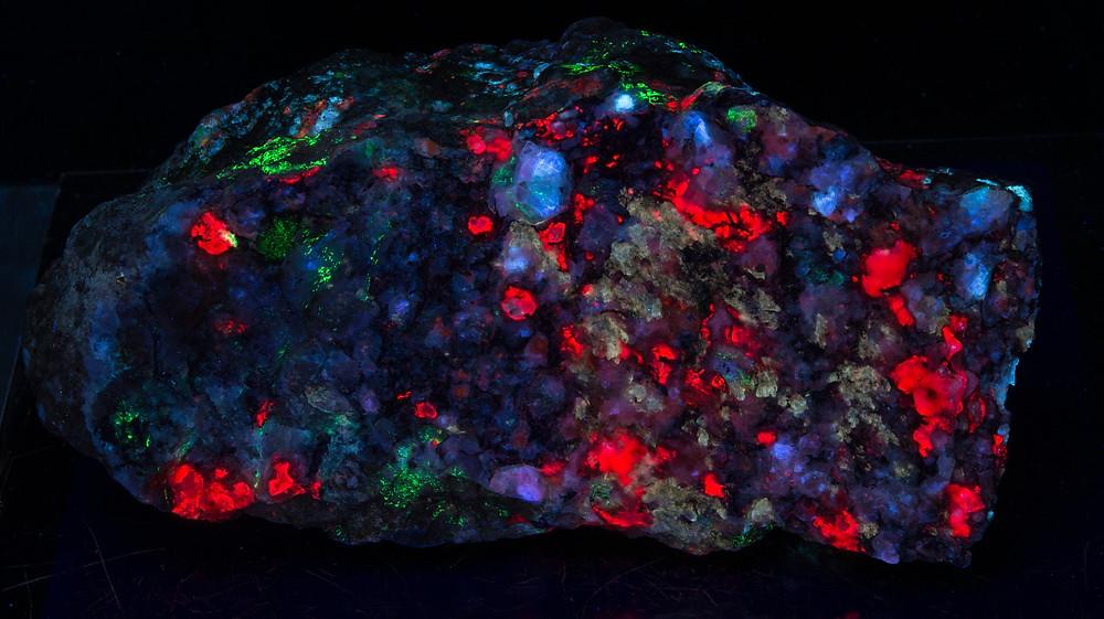 Tugtupite, sodalite, chkalovite, analcime, polylithionite - SW