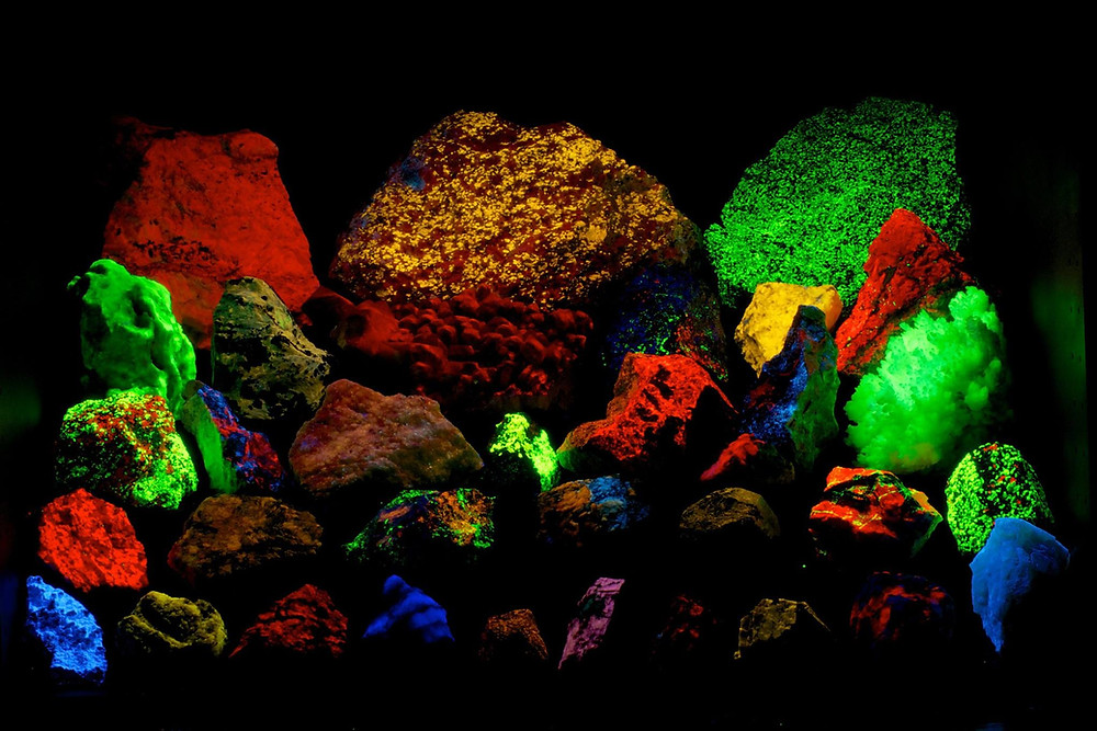 Traveling fluorescent mineral display