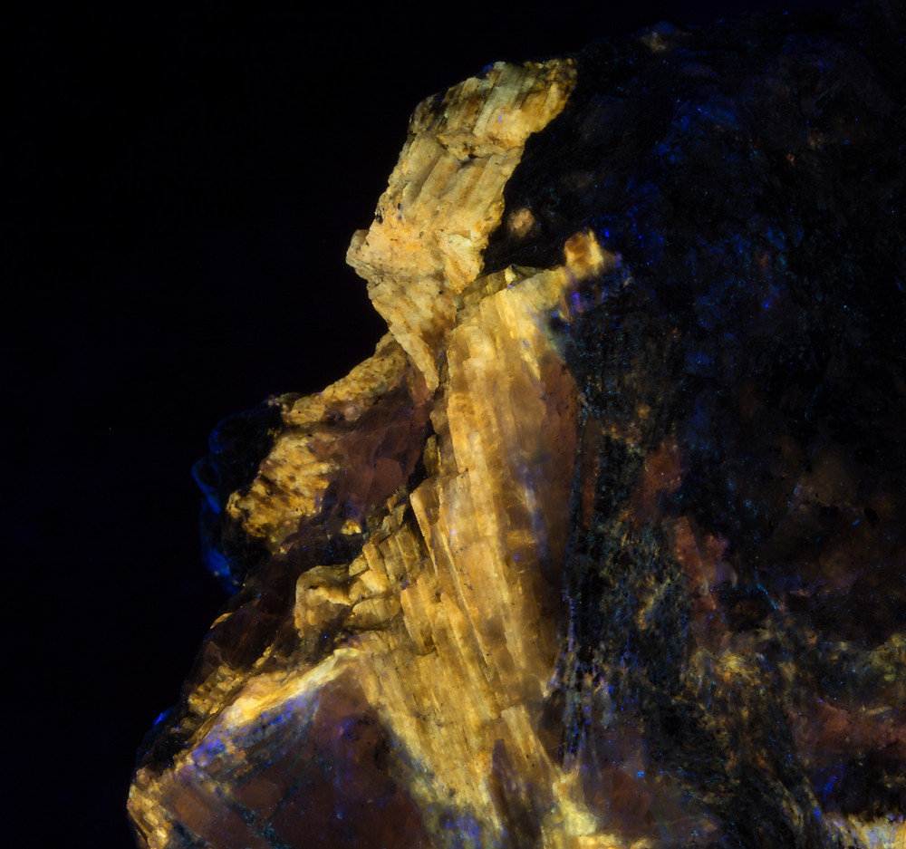 Yellow fluorescing sorensenite under longwave UV