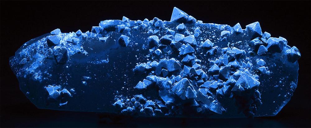 Scheelite Crystals under Shortwave UV