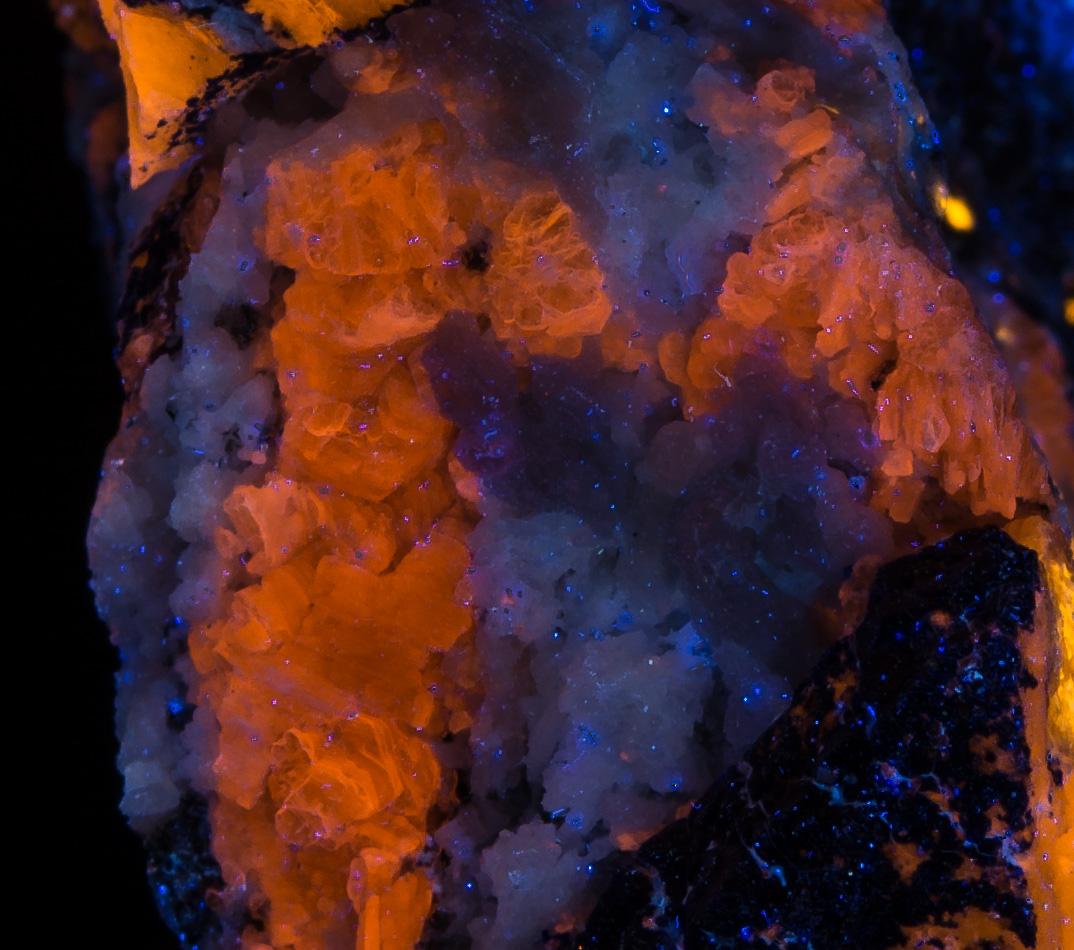 Blue fluorescing mineral - Longwave