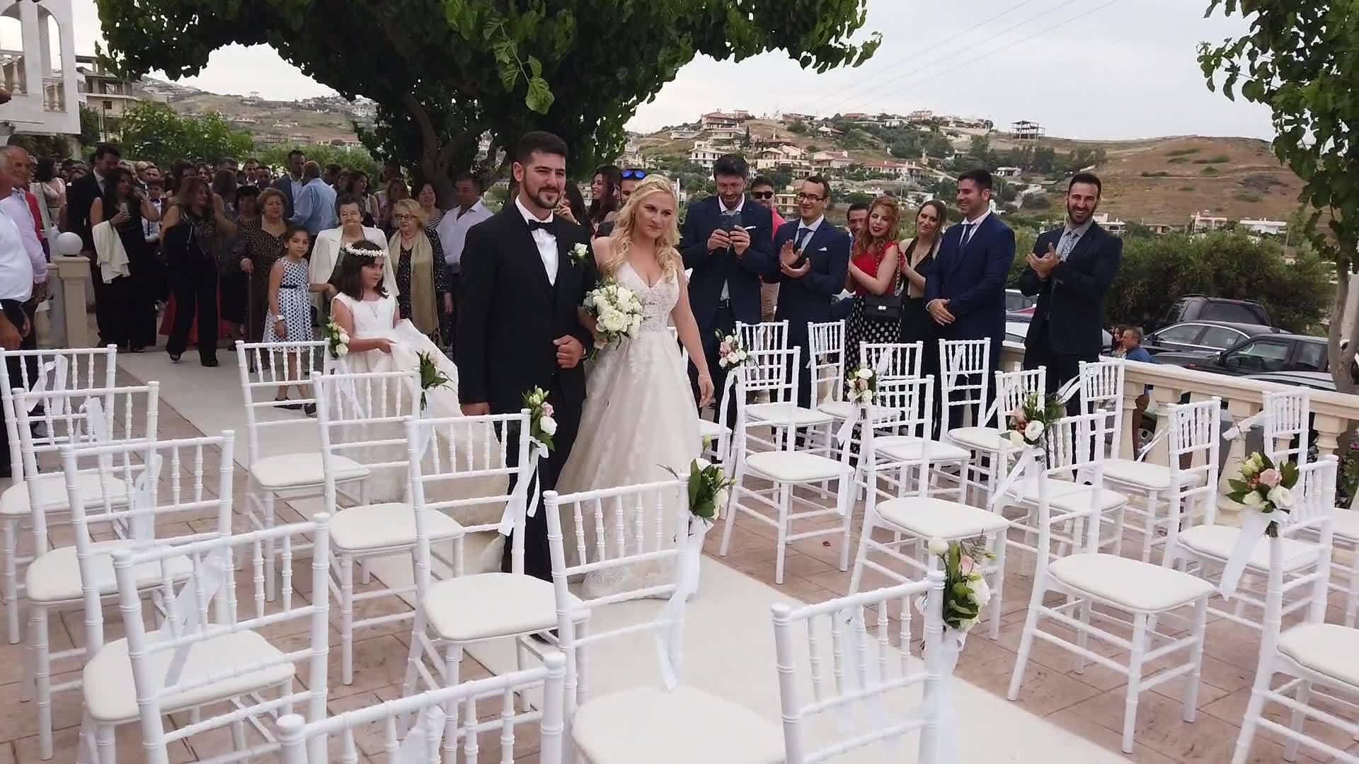 Ένας υπέροχος γάμος της Στέλλας και του Ανέστη, πού αλλού, στο κτήμα απέραντο γαλάζιο!