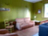 Le salon avec son poêle à bois