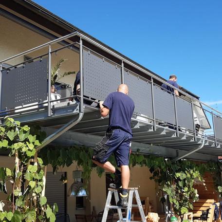 Montage eines Balkons mit Sichtschutz aus Lochblechen