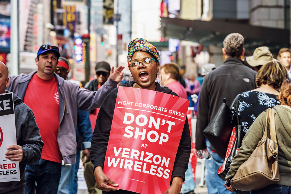 Netari News - Verizon workers picketing in New York City on May 12, 2016.Erik McGregor/Pacific Press / LightRocket / Getty Images