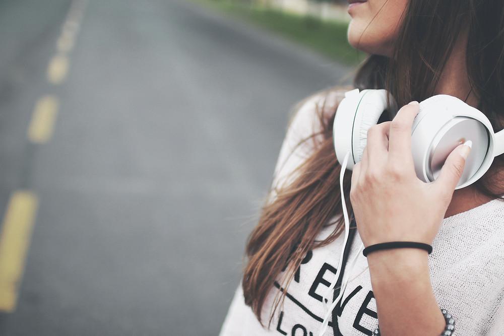 garota ouvindo música headphones fones de ouvido headset the english teacher tet online via skype aulas particulares de ingles presenciais são josé dos campos são paulo brasil professor particular aprender ingles ouvindo musica