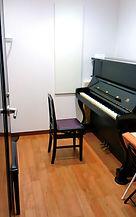 アップライトピアノのレッスン室