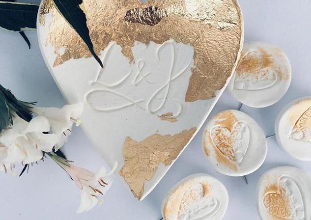 Porcelán se zlatými plátky