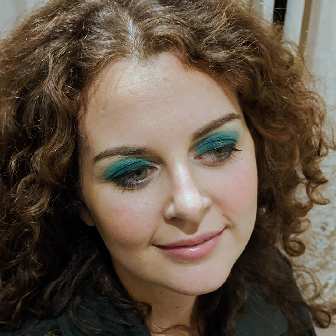 Green round smokey eye makeup