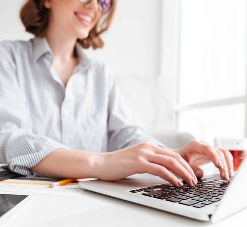 Laptop kullanan bir kadın