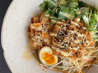 Bol poké au canard, sur riz à sushi