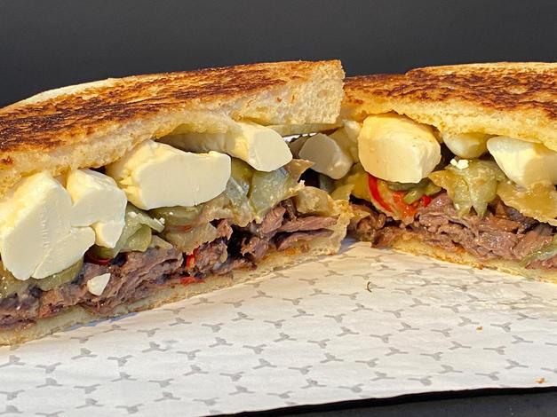 Sandwich au steak, aubergine et fromage en grains.