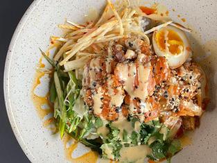 Bol poké au saumon, sur riz à sushi