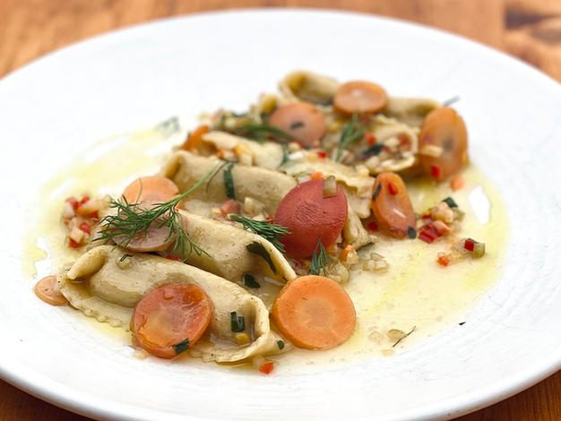 Agnolotti aux carottes et noyer, carottes marinées, céleris, piments chilis, persil, carvi