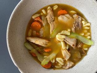 Soupe poulet et nouille et pain brioché