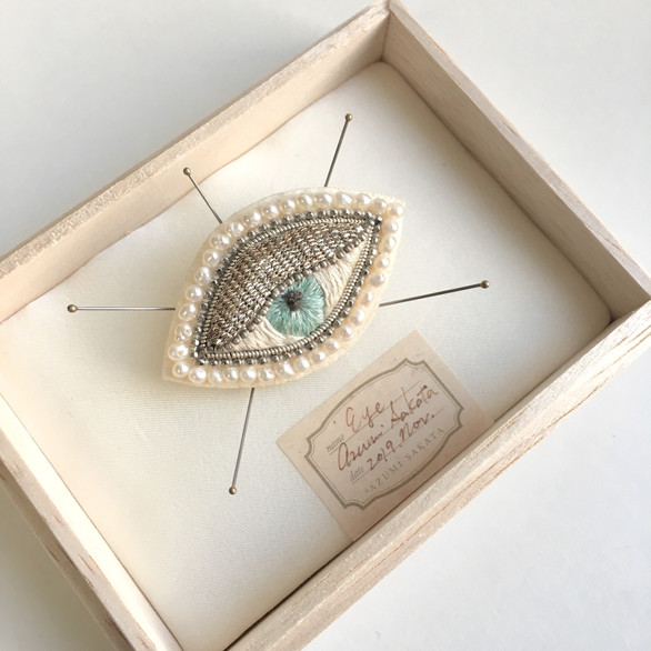 Eye with pearls