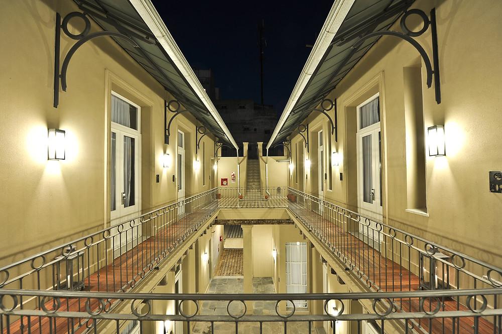 Vista nocturna con las habitaciones y el segundo patio