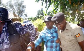 Photo: The Observer Police arresting FDC presidential aspirant Kizza Besigye