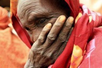 An internally displaced woman waits at a health care center at El Sereif camp in South Darfur capital Nyala on 29 May 2010 (Photo: Reuters)