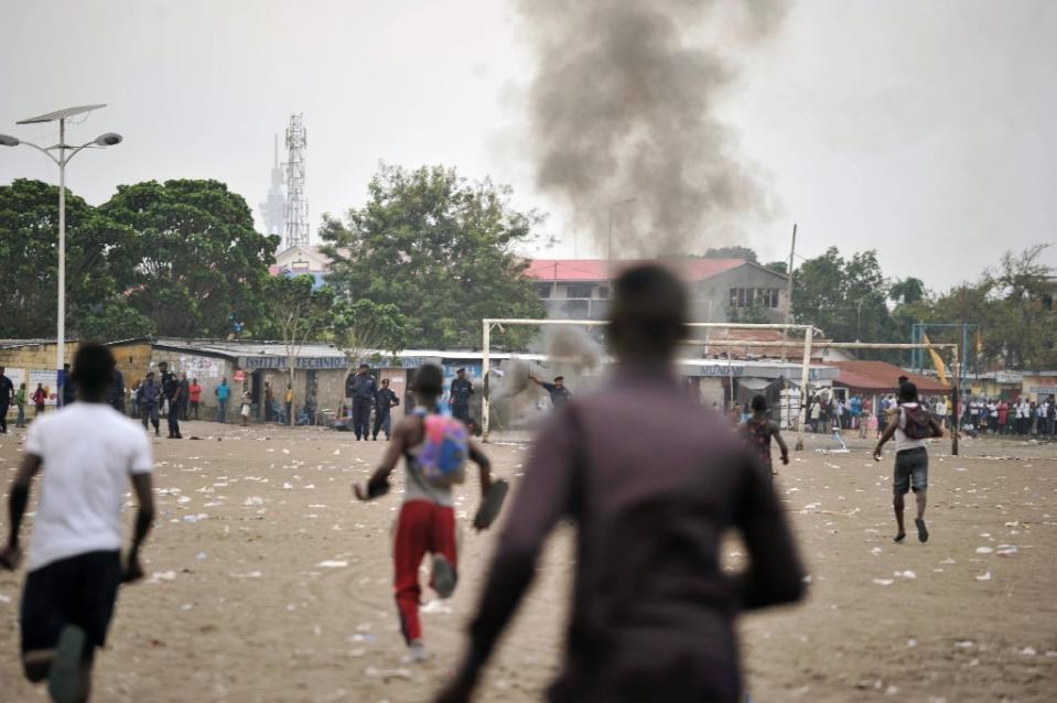 Smoke rises from the grounds where a political rally of the DRCongo opposition is held on September 15, 2015 in Kinshasa (AFP Photo/Junior Kannah)