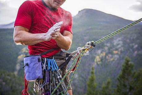 Rock Climber Powdering Hände