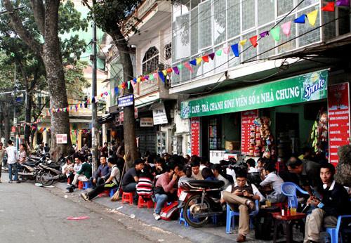Locals enjoying Trà Chanh Hà Nội.