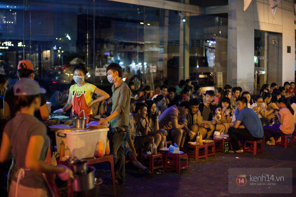 A popular Bánh Tráng Nướng spot in Sai Gon bursting with young people on a night out.