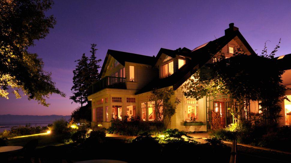 000599-01-exterior-night