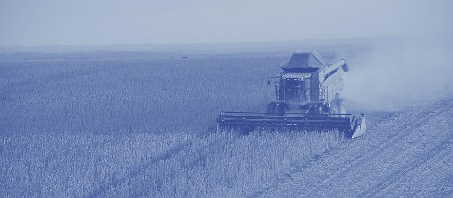 Colheitadeira ao fundo com tecnologias TRIMBLE e AGGIS agricultura de precisão em Mato Grosso do Sul