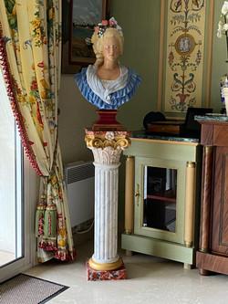 Décor peint, colonne et buste