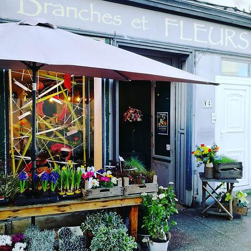 Artisan fleuriste Branches et Fleurs à Brie Comte Robert 4 rue des Canettes. Des créations florales originales et délicates. Vitrine de saint Valentin.