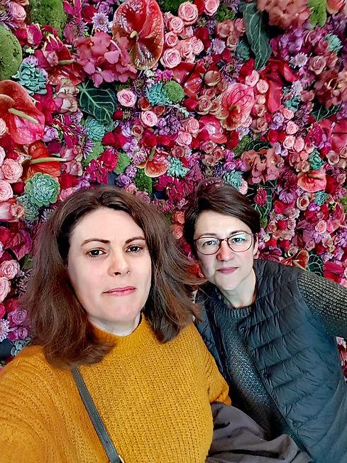 Sandrine et Odile, artisans fleuristes passionnées @branchesetfleurs vous proposent des créations originales et raffinées à Brie Comte Robert (77). Mur végétal fleuri rose.