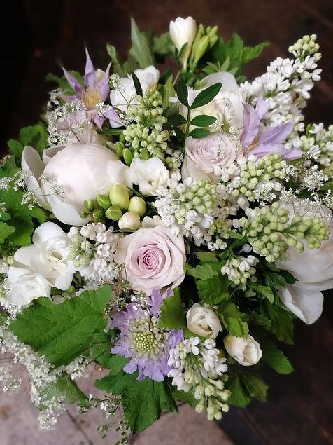 Bouquet de mariée de printemps parme et blanc pivoine et lilas, clématite et scabieuse
