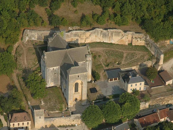 Vue aérienne de l'abbaye de Saint-Amand-de-Coly et son enceinte