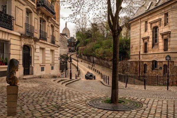 Balade dans cette ruelle de Montmartre, photo prise depuis la place et le buste de Dalida.
