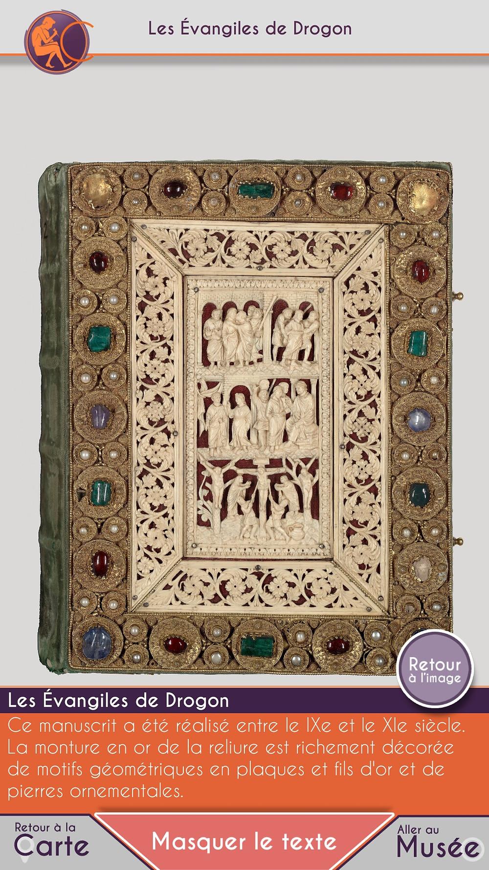 Manuscrit du Moyen-Age recouvert d'or et de matériaux précieux