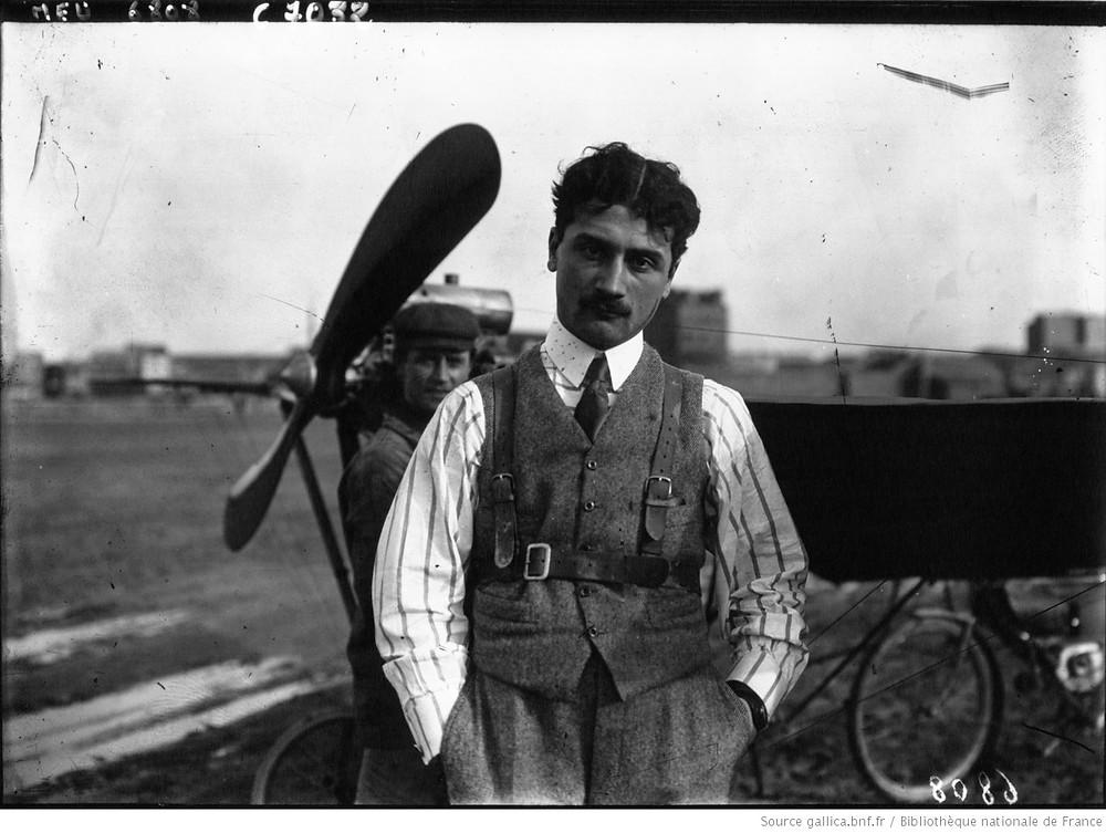 Photographie de l'aviateur Roland Garros adossé à la Demoiselle B. C. (avion léger de l'aéronautique)