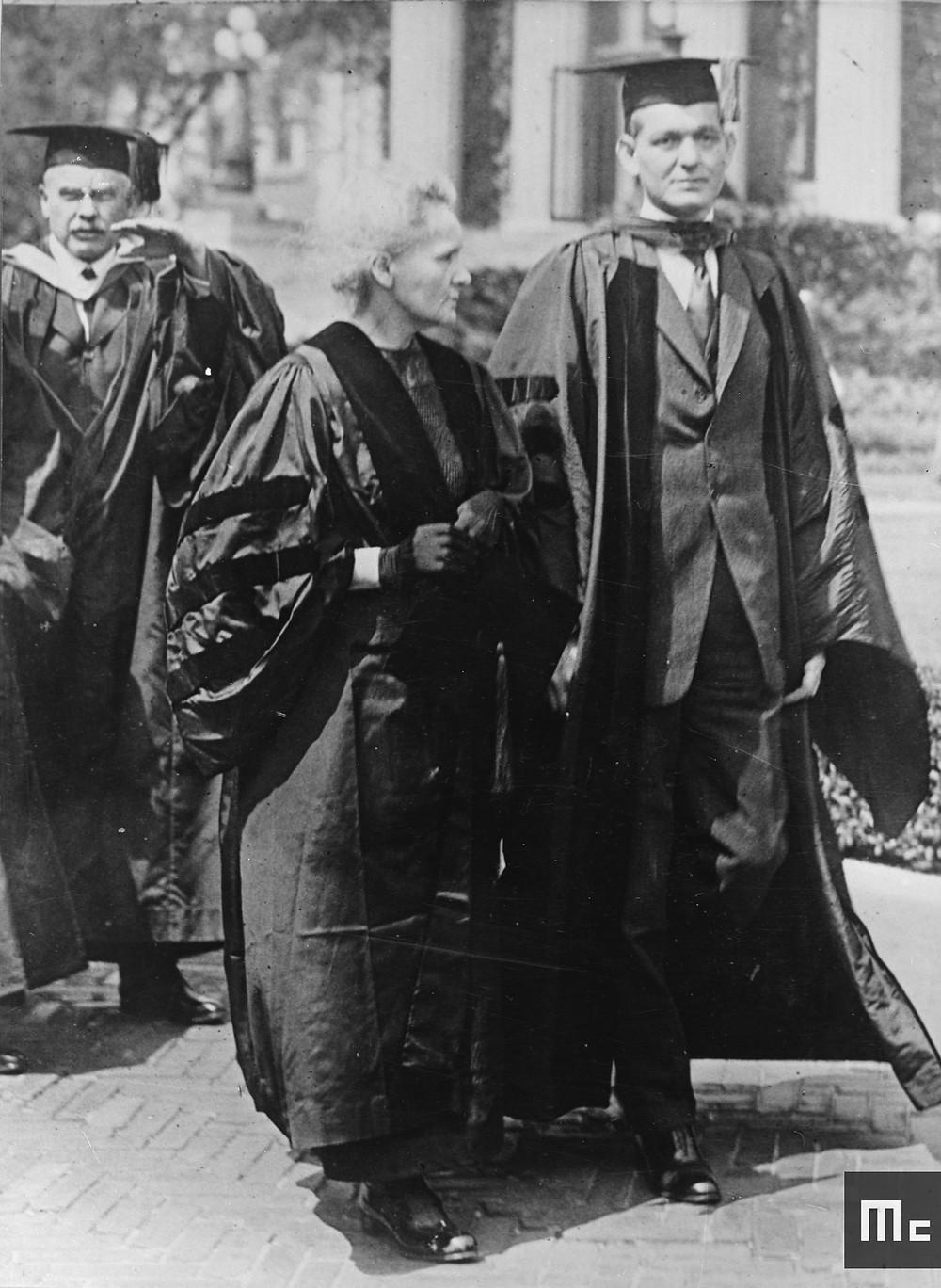 """""""Marie Curie avec Dean Pegram de l'École des Sciences Appliquées à la Colombia University, 1921""""          1921 Source : Musée Curie ; coll. ACJC / Cote MCP203"""