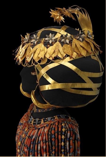 Reconstitution de la parure de la reine Pu'Abi, vue de profil