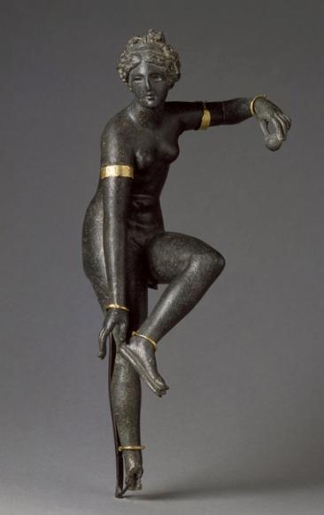 Aphrodite détachant sa sandale