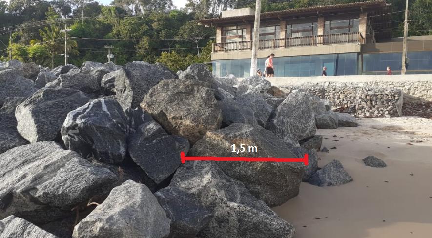 Foto 1: Vista do trecho final da obra da PMJP: rochas com aproximadamente 1,5 metros de diâmetro.