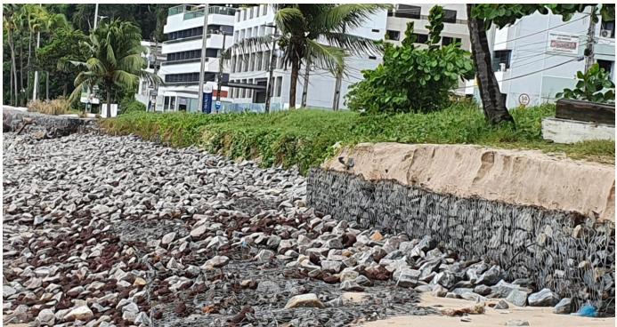 Foto 2: Seta vermelha mostra o nível da areia na praia do Cabo Branco antes do processo de desequilíbrio ambiental provocado pelas obras da prefeitura de João Pessoa (Data da foto 21/07/2020).