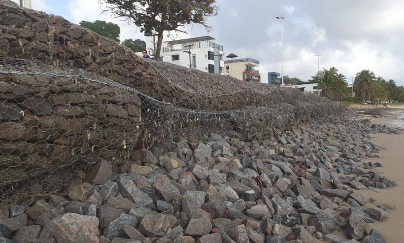 Foto 4: Linha de gabiões em desmoronamento (em frente ao Hotel Costa Atlântica) por falta do apoio arenoso erodido em decorrência da obra da PMJP para suposta proteção da falésia do Cabo Branco (Foto feita em 13/08/2020).