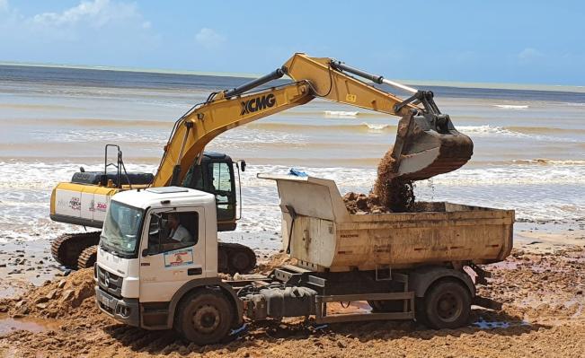 """Foto 3: Retroescavadeira e caçambas realizando o """"trabalho"""" para PMJP (Data da Foto: 28/07/2020)"""